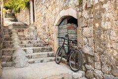 Pojedynczy bicykl w stromym odmierzonym Dubrovnik alleyway, Chorwacja obrazy royalty free