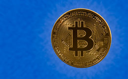 Pojedynczy bitcoin z błękit chmury tłem Zdjęcie Stock