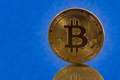 Pojedynczy bitcoin z błękit chmury tłem Obraz Royalty Free