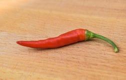 Pojedynczy chillies na drewnianym Zdjęcia Stock