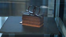 Pojedynczy czekoladowy tort w okno Obrazy Royalty Free