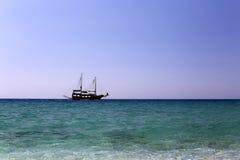 Pojedynczy żeglowanie statek przy otwartym morzem pod jasnym niebem Obrazy Royalty Free