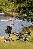 Pojedynczy falcowanie bicykl blisko Thames rzeki zdjęcie stock