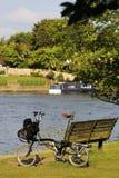 Pojedynczy falcowanie bicykl blisko Thames rzeki obrazy royalty free
