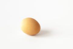 Pojedynczy karmazynki jajko odizolowywający na bielu Zdjęcie Stock