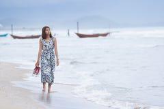 Pojedynczy kobiety chodzić osamotniony z stroskanie twarzą na morze plaży Zdjęcia Stock