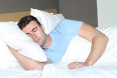 Pojedynczy mężczyzna pokojowo śpi zakończenie up zdjęcie royalty free