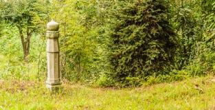 Pojedynczy mężczyzna robić betonowa kolumna Obraz Royalty Free