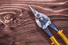 Pojedynczy metali nippers na drewnianej rocznik desce Zdjęcie Stock