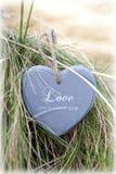 Pojedynczy osamotniony drewniany serce na plażowych diunach Fotografia Royalty Free