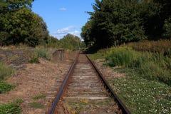 Pojedynczy pociągu ślad na przegranym Trainstation fotografia royalty free