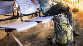 Pojedynczy podróżnik, backpacker czekanie dla długiego podróży ะพฟà¸à¸ ³ à¸ªà ¹ ƒ fotografia stock