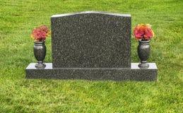 Pojedynczy pusty nagrobek w cmentarzu z kwiatami zdjęcia stock