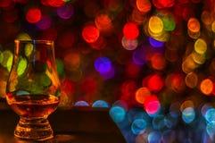 Pojedynczy słodowy smaczny szkło, pojedynczy słodowy whisky w szkle, bokeh obrazy stock