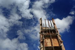 Pojedynczy słup w budowy againt niebieskim niebie Fotografia Royalty Free