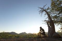 Pojedynczy Samotny Kamienny m??czyzna Kaokoland Kontempluj?cy co jest istnienie marmurkowaty Kaokoland Kunene region, Namibia obrazy royalty free