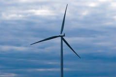 Pojedynczy silnik wiatrowy na ciemnym chmurnym niebie Fotografia Royalty Free