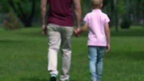 Pojedynczy tata przynosi up syna samotnie, trzymający rękę i iść wpólnie, ojcostwo zdjęcie wideo