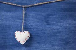 Pojedynczy tekstylni serca nad drewnianą ścianą Zdjęcie Royalty Free