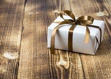 pojedynczy white pudełko prezent Fotografia Royalty Free