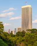Pojedynczy wysoki budynek przegapia parka Fotografia Stock
