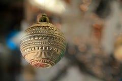 Pojedynczy złocisty boże narodzenie ornament w domu okno Zdjęcie Royalty Free