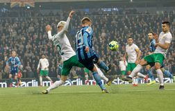 Pojedynek między Nicklas Barkroth i Simon Sandberg przy Szwedzkiej piłki nożnej filiżanki kwartalnymi finałami między Djurgarden  zdjęcie stock