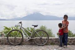 Pojkar åt sidan en rester cykel Arkivbilder