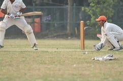 pojkar cricket att leka Arkivfoton