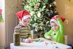 Pojkar för barn för ungebröder som gör vid handx-mas garneringar Arkivbild