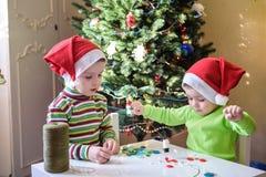 Pojkar för barn för ungebröder som gör vid handx-mas garneringar Royaltyfria Foton