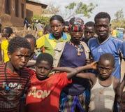 Pojkar från den Ari stammen på den lokala byn marknadsför Bonata Omo dal Royaltyfri Foto