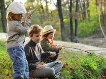 pojkar går att fiska på floden Royaltyfri Fotografi