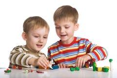 pojkar gjuter plasticinetoys Fotografering för Bildbyråer