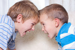 pojkar grälar två Royaltyfri Bild