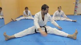 Pojkar har en aikidoutbildning med en lagledare lager videofilmer