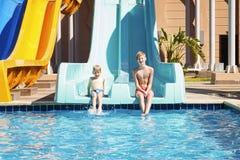 Pojkar i aquapark arkivfoto