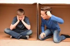Pojkar i flyttningask royaltyfri bild