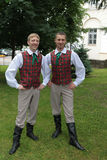 Pojkar i lettiska folk dräkter Royaltyfri Foto