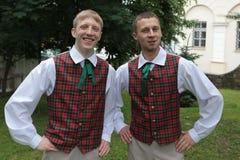 Pojkar i lettiska folk dräkter Royaltyfria Foton