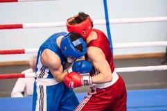 Pojkar konkurrerar i boxning Fotografering för Bildbyråer