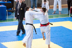 Pojkar konkurrerar i karate Royaltyfria Foton