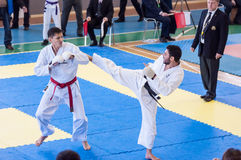 Pojkar konkurrerar i karate Royaltyfri Foto