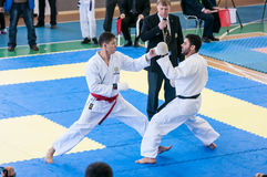 Pojkar konkurrerar i karate Royaltyfria Bilder