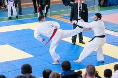 Pojkar konkurrerar i karate Fotografering för Bildbyråer