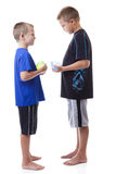 Pojkar med bevattnar ballonger Royaltyfria Bilder