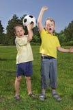 pojkar med fotboll klumpa ihop sig Royaltyfri Foto