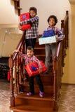 Pojkar med gåvor på trappa fotografering för bildbyråer