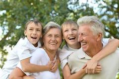 Pojkar med morföräldrar Royaltyfri Foto