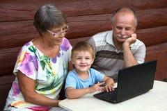 Pojkar med morföräldrar royaltyfria foton